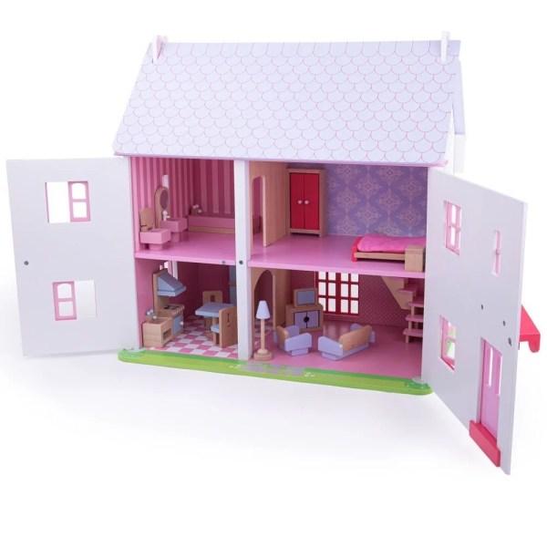 """Les façades de la maison de poupées rose ont une décoration soignée : dans les tons pastels dominés par le blanc et le rose, les """"murs"""" sont recouverts de décorations imitant des rosiers grimpants."""
