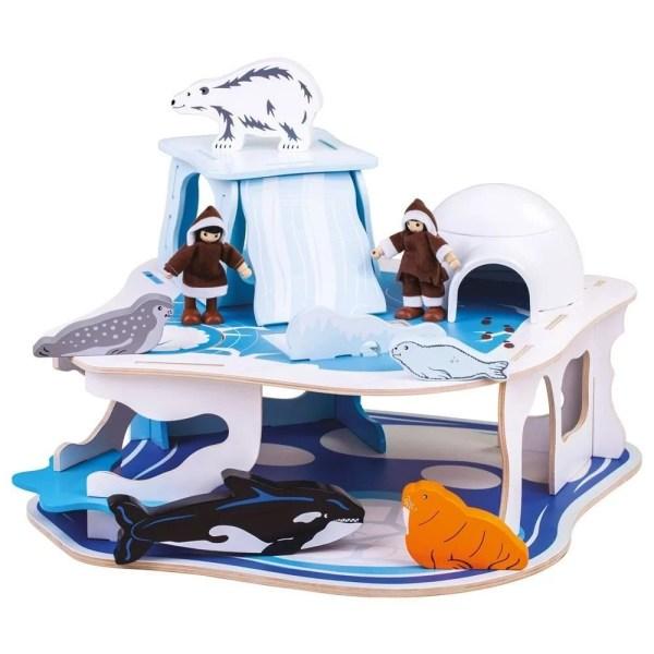 Ce jeu en bois aux détails soignés comprend, en plus du décor banquise, 2 esquimaux, 5 animaux polaires, un igloo avec un toit amovible, un trou dans la banquise pour pêcher et une trappe dans la glace.