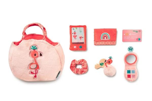 Le sac à main Anaïs le Flamand rose est un sac à mains pour enfant dès 18 mois et qui comporte de nombreux accessoires qui sont détaillés sur cette photo.