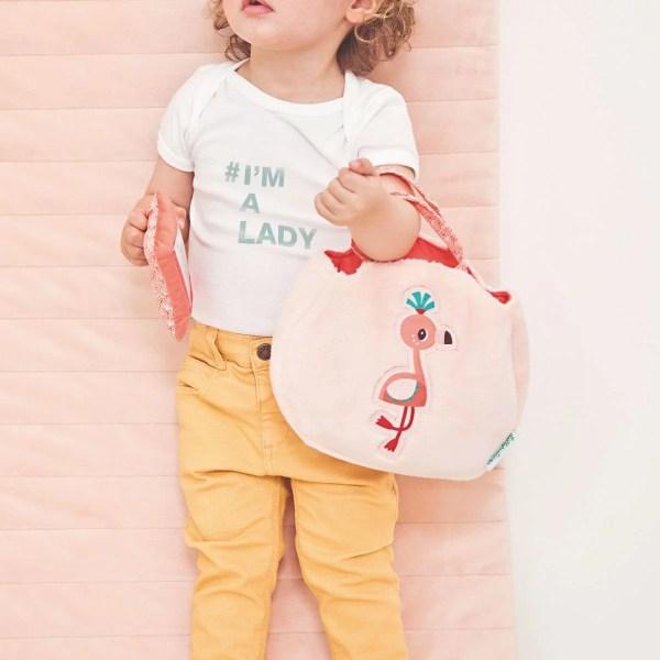 Vue de près d'une petite fille portant le sac à main Anaïs le Flamand rose pour être à la mode et faire comme maman !