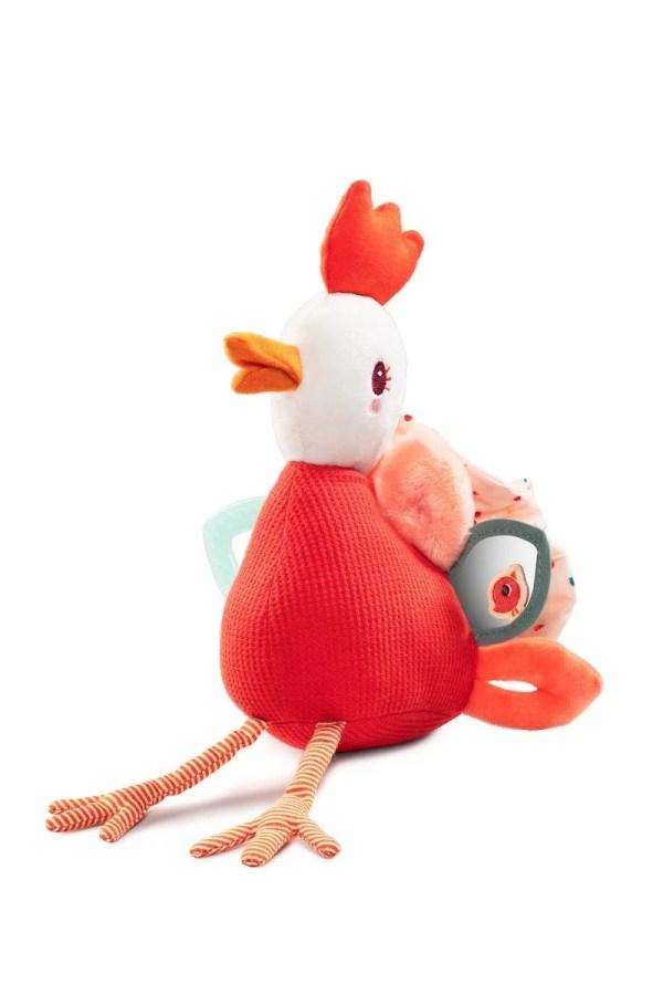 La peluche d'activités Paulette la poulette tient assise et comprend de nombreuses activités.