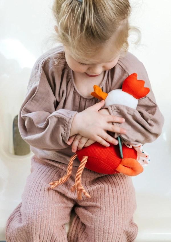 Dès trois mois, les bébés adoreront câliner Paulette la poulette