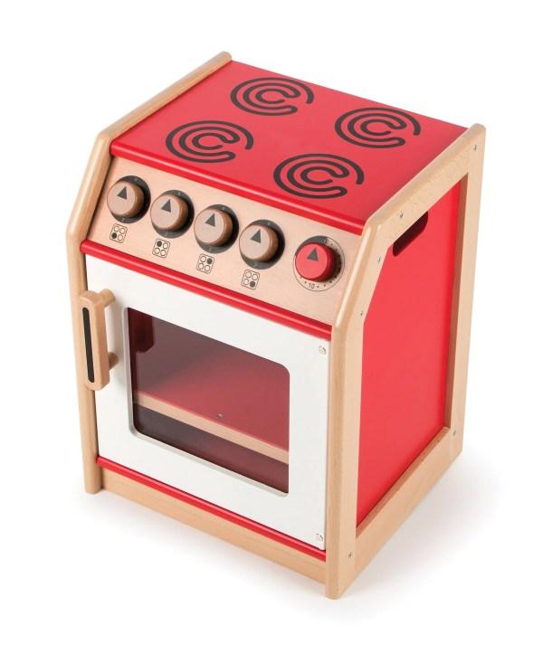 """Avec des boutons qui """"cliquent"""", une plaque de cuisson aux détails soignés, un four et sa porte transparente pour surveiller la cuisson, cette cuisinière en bois de couleur rouge est l'appareil indispensable qui complète les équipements pour jouer d'une cuisine enfant."""