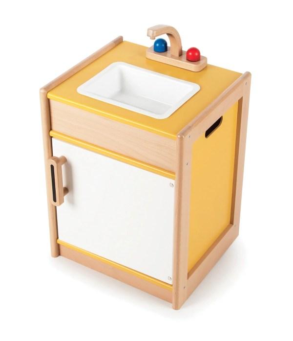 Ce évier en bois est un jouet de couleur jaune et blanche qui est composé d'un évier en plastique amovible que l'on peut laver facilement, d'un robinet, d'un placard de rangement en dessous avec une porte qui s'ouvre en façade pour y entreposer tout ce qui est nécessaire pour maintenir une cuisine propre et rangée