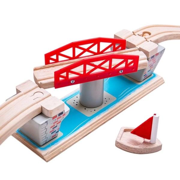 Le pont tournant pour circuit de train en bois comprend une rampe d'accès montante et une rampe d'accès descendante ainsi qu'un voilier en bois.