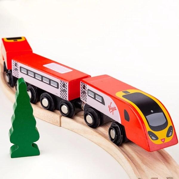 Les magnifiques couleurs rouges et blanches du train en bois Virgin et les détails soignés feront la joie des enfants dès 3 ans qui pourront manipuler et faire rouler le train très facilement.