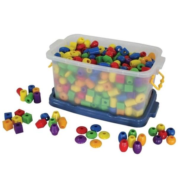 Ce jeu éducatif est composé de 720 perles à lacer très résistantes et permet d'occuper les petites mains des enfants tout en développant les apprentissages.