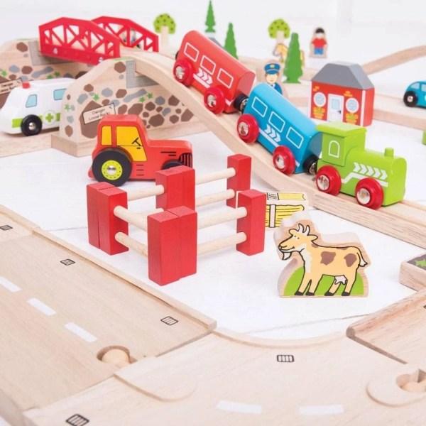 Le circuit en bois route et rail facsine les enfants par ses belles couleurs vives.