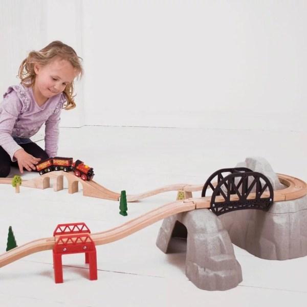 Le pont montagne pour train en bois est adapté aux enfants dès l'âge de 3 ans.