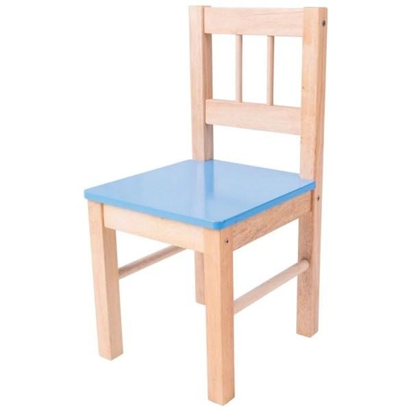 La chaise en bois pour enfant existe avec une assise bleue.