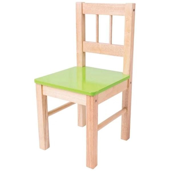 La chaise en bois pour enfant existe avec une assise verte.