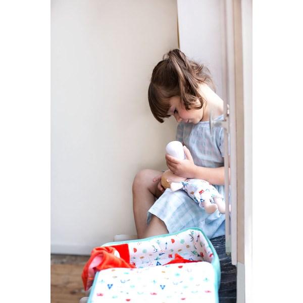 Qui veut être le gentil papa ou la gentille maman qui va s'occuper de cet adorable bébé en tissu ? Bébé a toutes ses affaires dans la valise et on peut le transporter partout !