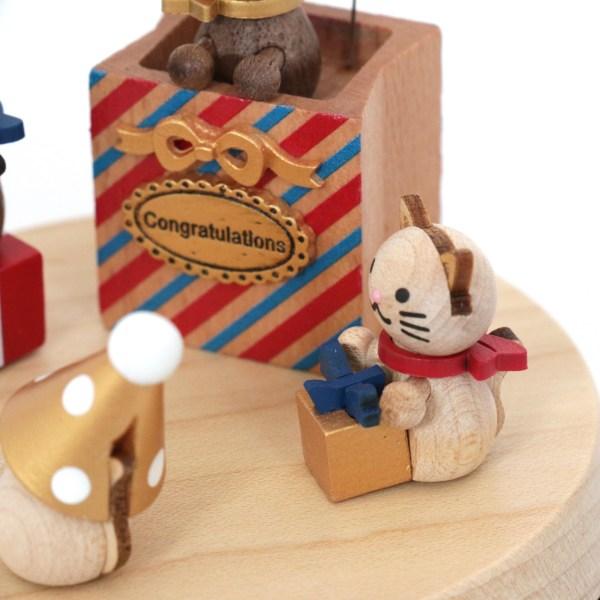 détails d'un petit chat avec une boite à cadeau entre les pattes