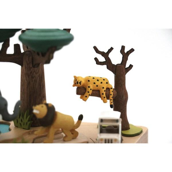 détails du guépard sur la branche de la Boîte à musique Safari