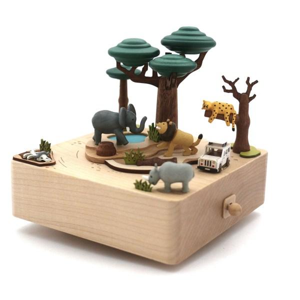 Boîte à musique Safari avec un lion et un éléphant sous un arbre, un guépard qui dort sur une branche, un rhinocéros qui mange et une voiture