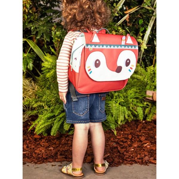 Les bretelles du cartable sont facilement réglables ce qui lui permet de grandir avec votre enfant. Le cartable peut se porter indifféremment sur le dos ou à la main grâce à sa poignée.