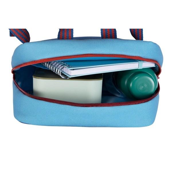 Muni d'une bande réfléchissante, le sac à dos Jack le pirate permet d'être vu facilement sur la route. Le sac est imperméable et peut ainsi affronter les intempéries mais aussi se laver très facilement.