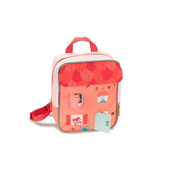 Lesac à dos Maison forêt est un sac à dos spécialement conçu pour les jeunes enfants. Très pratique, il dispose d'un grand espace de rangement et de d'une poche sur le devant à fermeture zippée. Il est parfait pour aller à l'école ou à la crèche mais est aussi idéal pour la ballade ou le pique-nique !