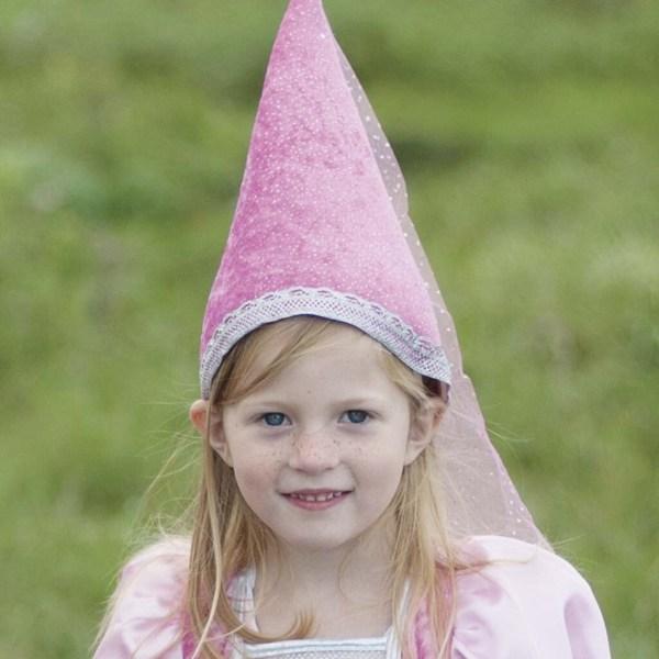 Chapeau pointu rose porté par une enfant