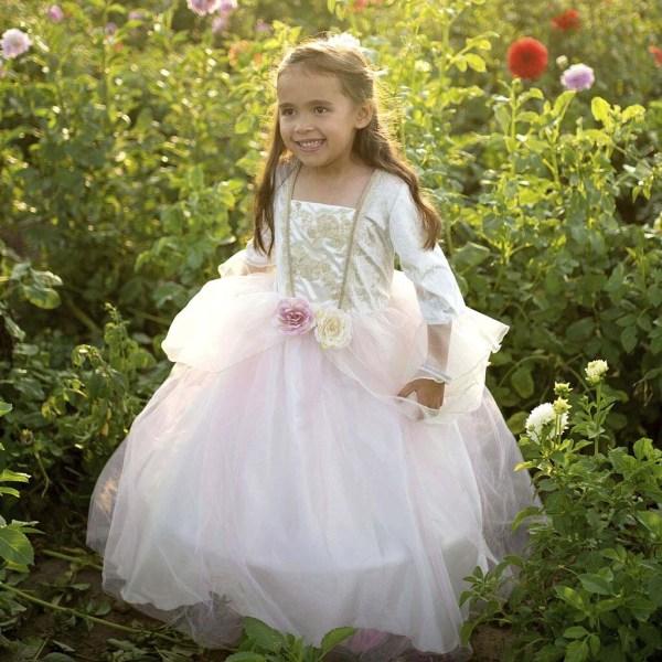 Robe de princesse rose et dorée portée par une enfant