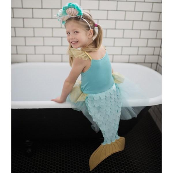 Déguisement de sirène porté par une enfant de dos sur une baignoire