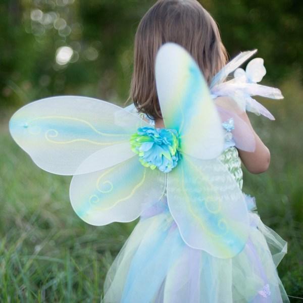 Robe papillon vert portée par une enfant de dos
