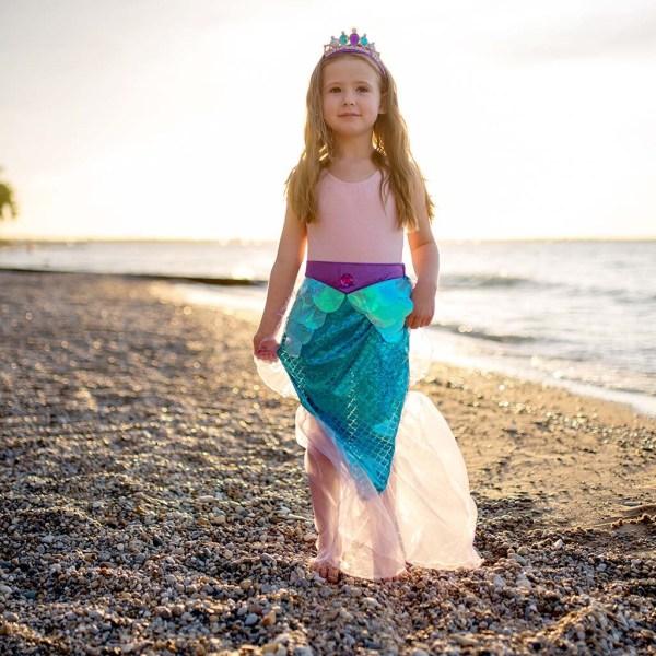 Jupe de sirène portée par une enfant sur une plage