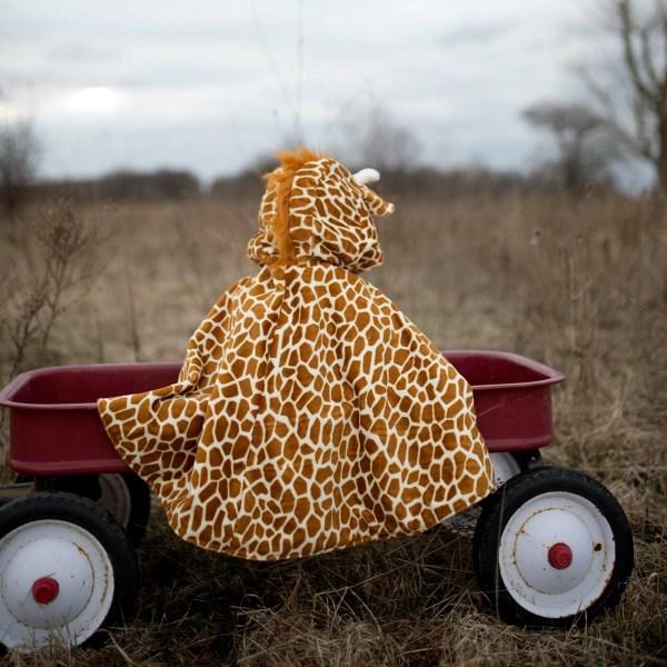 Cape de girafe portée par un enfant de dos