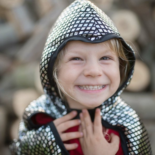 Cape réversible dragon et chevalier portée par un enfant côté chevalier