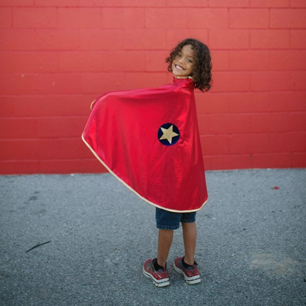 Cape réversible super héros portée par un enfant côté rouge