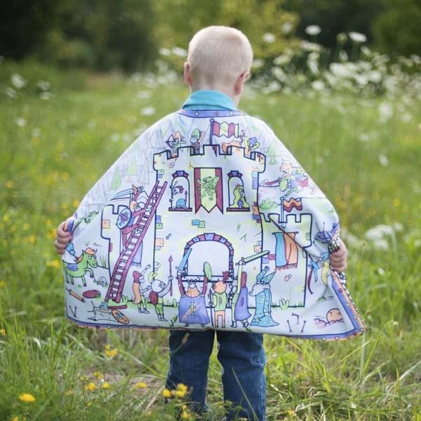 Cape à colorier modèle chevalier, portée par un enfant
