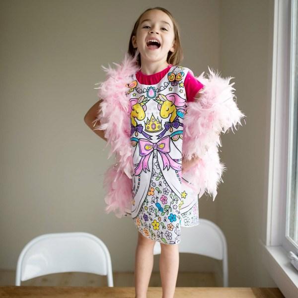 robe à colorier portée par une enfant