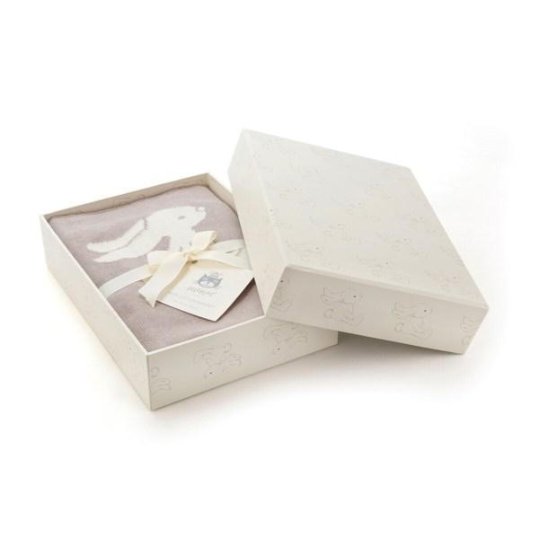 Ce coffret de naissance contient une couverture réversible pour Bébé à l'effigie d'un joli lapin.