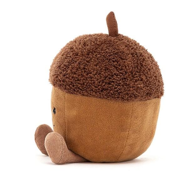 Ce petit gland rigolo a un corps tout arrondi couleur noisette avec deux mini pieds en velours côtelé de couleur marron clair. Son béret en fourrure marron foncé et la tige en imitation daim à son sommet lui donnent vraiment un air trop mignon.
