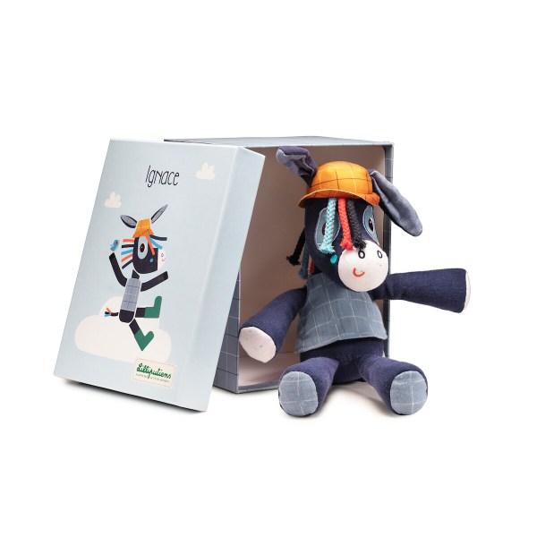 Ignace l'Âne a une belle couleur bleu marine et gris. Il est livré dans une magnifique boîte-cadeau illustrée avec l'image de la peluche.