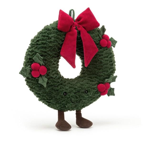 La peluche Couronne de Noël est une peluche originale très douce en forme de Couronne de Noël qui convient aux bébés dès la naissance. Cette couronne de Noël est un petit personnage qui tient bien droit sur ses deux pieds avec deux yeux et un sourire engageant que l'on aperçoit dans le feuillage. La couronne est de couleur vert sapin et a une texture très douce. Un magnifique nœud de couleur rouge vient décorer le sommet de sa tête et des feuilles et baies de houx qui ne piquent pas décorent son corps.