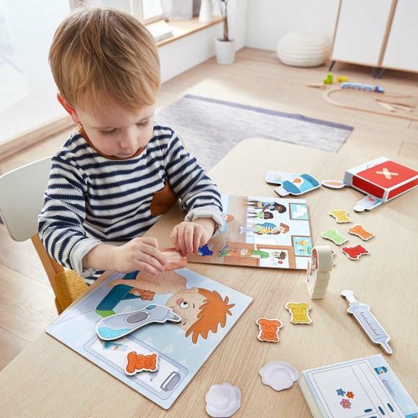 Un petit garçon joue à Docteur Premiers Bobos