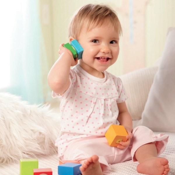 enfant qui joue avec les blocs découvertes sonores