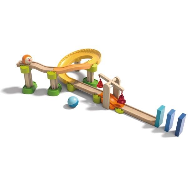 Toboggan circuit Kullerbu Drelin avec des dominos bleu des clochettes rouges et des éléments en plastique et en bois