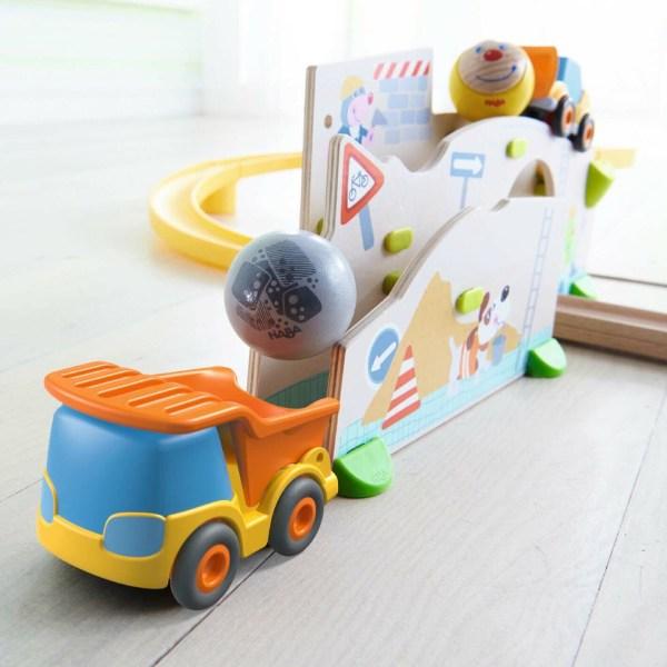 Chute d'une boule dans le camion benne du Toboggan circuit Kullerbü Chantier