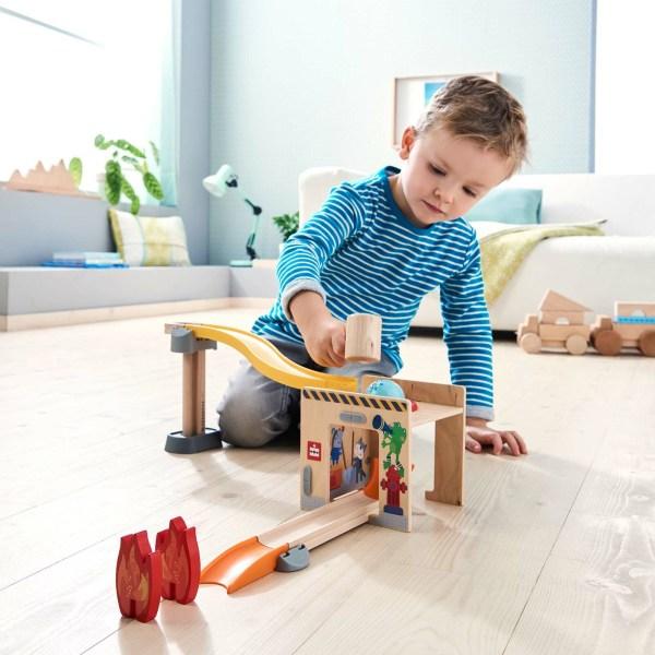 Toboggan circuit Kullerbu Tape-Boule avec un enfant qui joue