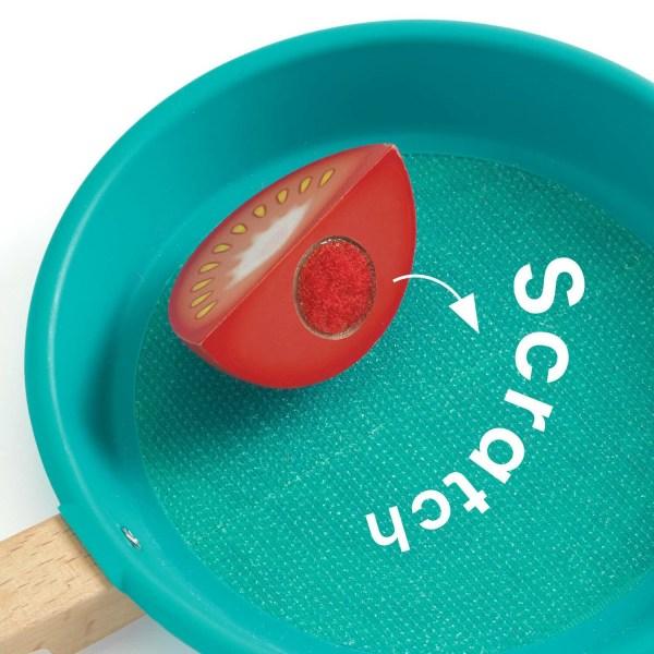 Tomate avec velcro dans la poêle à scratch
