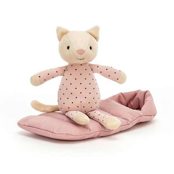 Le doudou Snuggler Catest un chat très câlin qui a enfilé un joli pyjama rose pâle à poids. Il se tient prêt pour aller au lit avec son sac de couchage molletonné de couleur rose assorti au pyjama. Avec ses petites oreilles toutes douces et son nez en feutrine rose, il sera parfait pour bercer Bébé avant de l'endormir.