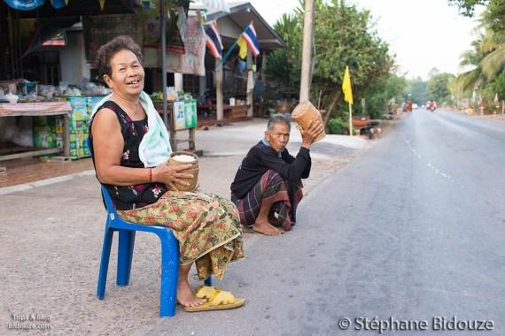 monk-alms-thailand