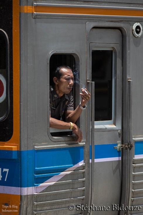 conducteur-train-fume-cigarette