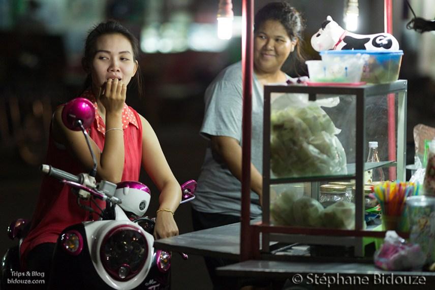 Une scène de rue nocturne habituelle, ou comment commander à manger sur sa moto