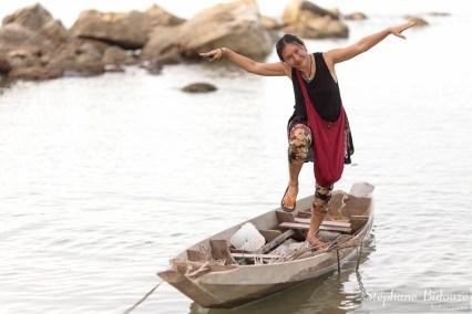 woman-boat-standing-tahi