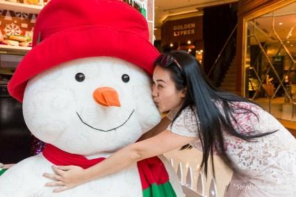 vietnamienne-embrasse-bonhomme-neige-noel