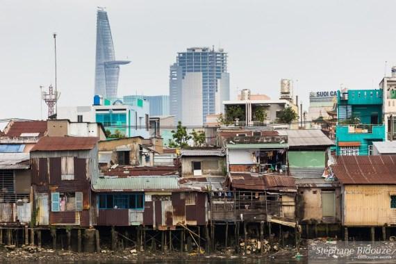 pauvreté-saigon-modernité-immeubles-rivière