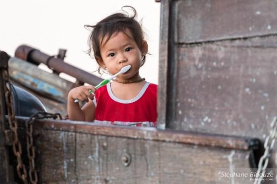 petite-fille-vietnamienne-brosse-dents